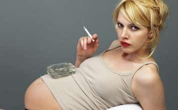 Беременная женщина и курение.